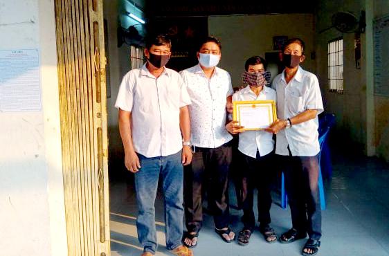 Gia đình anh Danh Hoàng Em nhận giấy khen đột xuất của UBND phường vì có thành tích tiêu biểu trong công tác phòng chống dịch bệnh COVID-19.