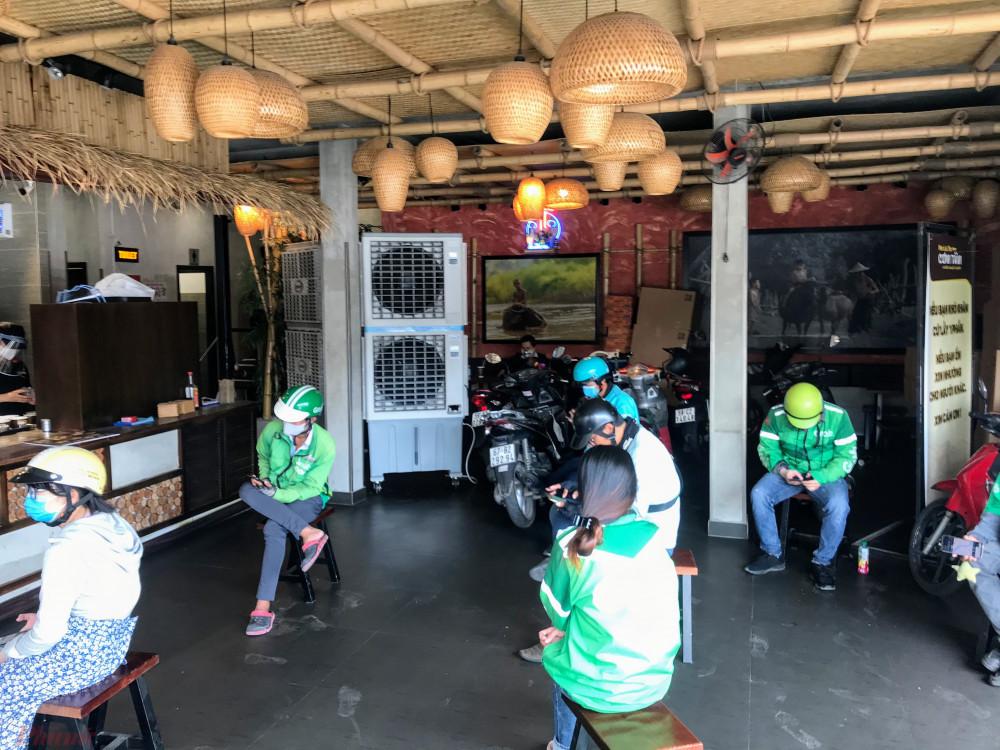 Do thời điểm vào giờ trưa nên quán khá đông khách hàng, một số không có ghế ngồi tài xế buộc phải đứng hoặc phải ở ngoài chờ.