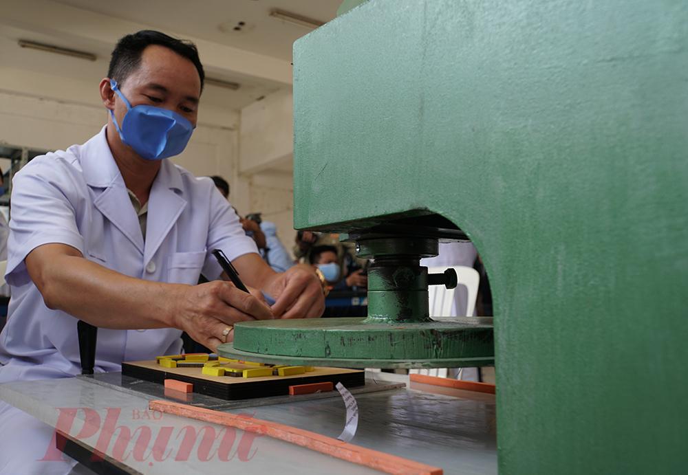 Một chiếc khẩu trang được thực hiện qua 3 giai đoạn, mấy dập khuôn tạo hình, ép nhiệt để kết hợp các lớp khẩu trang, sau đó sẽ cho khẩu trang vào túi tiệt trùng, bỏ vào máy khử trùng rồi cấp phát cho nhân viên y tế tại bệnh viện, tiết kiệm giá thành và nhân lực sản xuất
