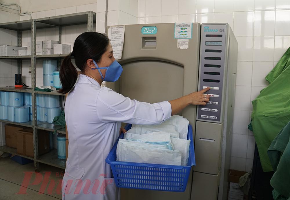 Tại phòng Kiểm soát nhiễm khuẩn, bác sĩ sẽ đưa các túi khẩu trang vào máy khử khuẩn, mỗi lần khử khuẩn khoảng 200 túi và trong 1,5 tiếng với chất hoạt tính và EO, đảm bảo tiệt trùng 100% trước khi khẩu trang đến với nhân viên y tế.