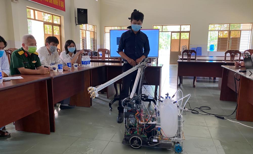 """Ngày 4/4, Bệnh viện Dã chiến (huyện Củ Chi, TPHCM) chính thức đưa robot khử khuẩn phòng cách ly đi vào hoạt động. Đây là sản phẩm sáng tạo của """"Vườn ươm sáng tạo"""" thuộc Trung tâm công nghệ Công nghệ thông tin của Bệnh viện Quân dân Y miền Đông theo đơn đặt hàng của Sở Y tế TPHCM."""