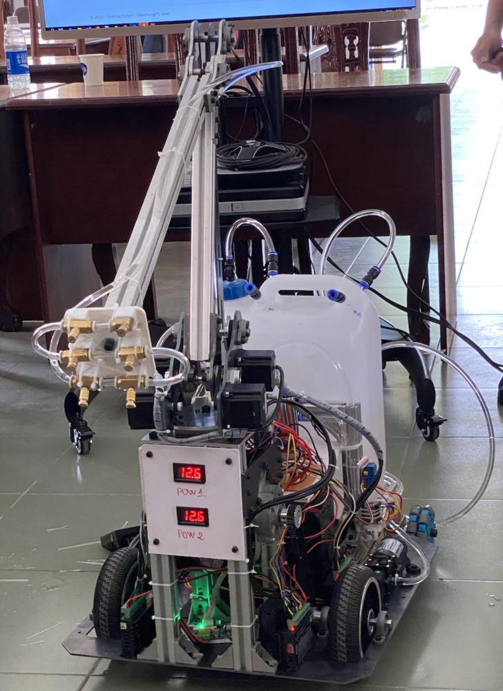 Robot có 2 chức năng chính là phun xịt thuốc khử khuẩn và lau sàn nhà sau khi phun xong, ngoài ra robot còn biết tự khử khuẩn mình trước khi ra khỏi phòng cách ly.