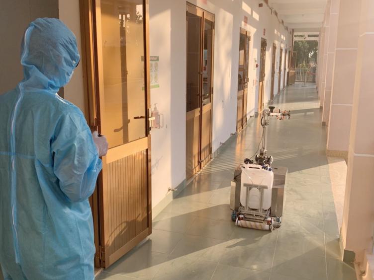 Nhân viên y tế có thể điều khiển robot từ xa qua mạng 3G hoặc mạng internet.