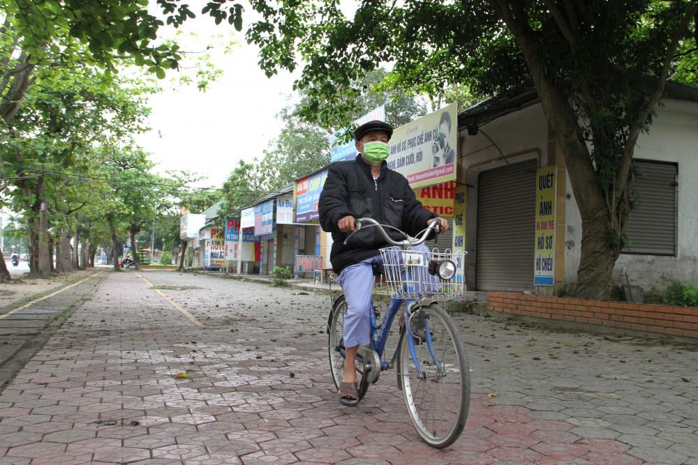 Nhiều tuyến phố ở thành phố Vinh vắng bóng người qua lại do ngưng buốn bán
