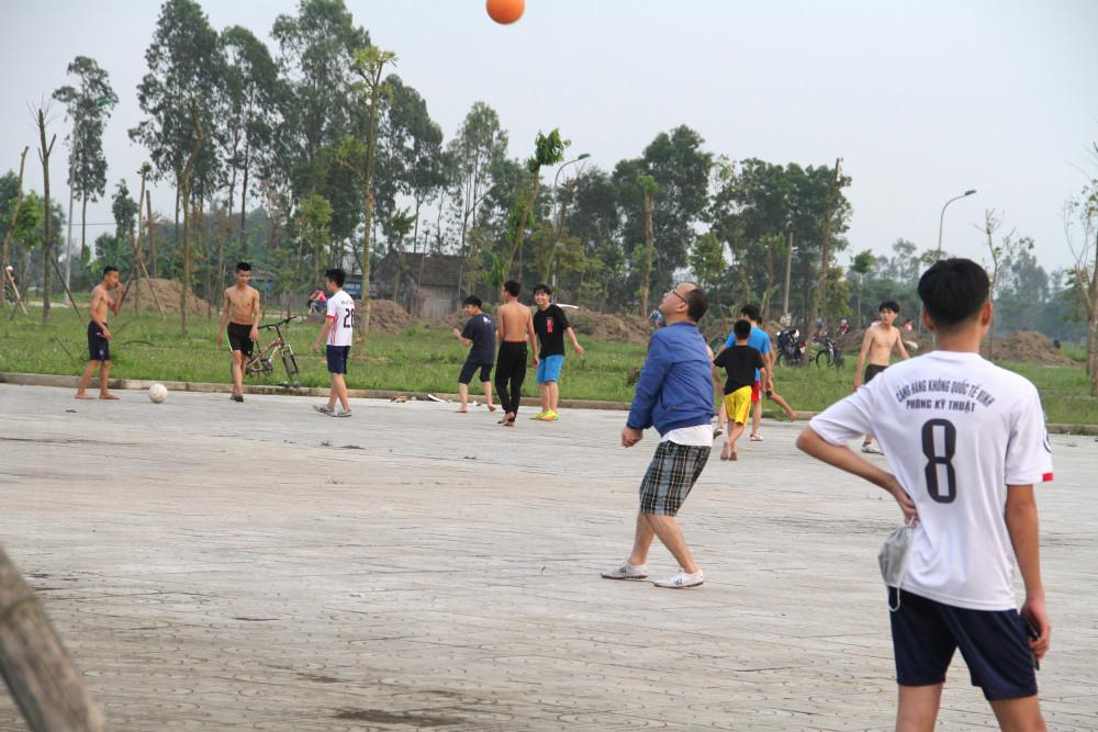 Nhiều nhóm trẻ vô tư chơi thể thao với nhau