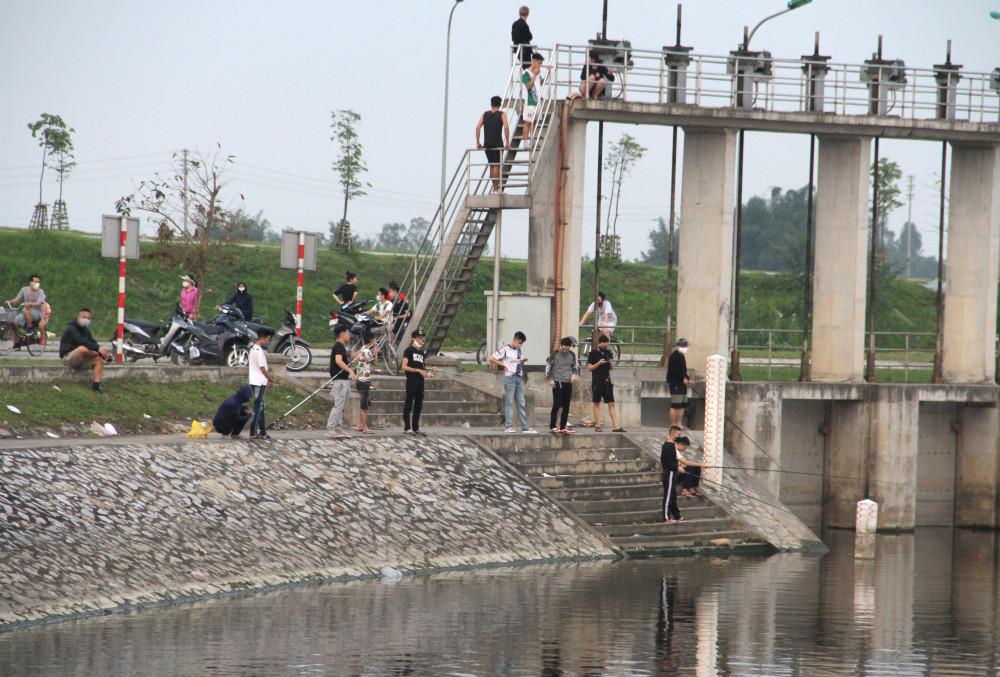Nhiều cần thủ tập trung ở hồ điều hòa câu cá