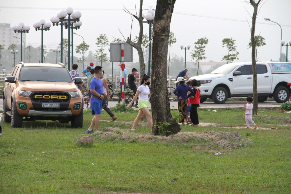 Một số người lái xe chở cả gia đình ra khu vực bờ hồ chơi