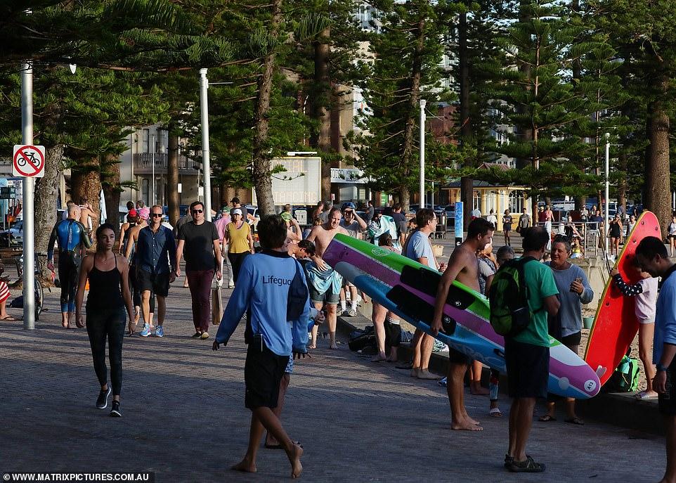 Những người đi biển và người dân tập thể dục vẫn chen chúc nhau trên lối đi bộ vào sáng ngày 3/4 tại bãi biển Manly.