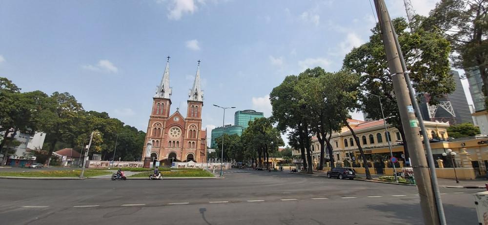 Nhà thờ Đức Bà những ngày vắng lặng nhất trong lịch sử của mình. Ảnh Phùng Huy