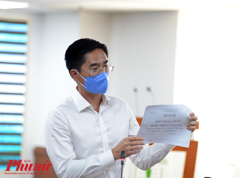 Ông Trần Quang Lâm - GĐ Sở Giao thông vận tải TP.HCM với Giấy nhận diện cho loại xe phục vụ người dân trong trường hợp cấp thiết