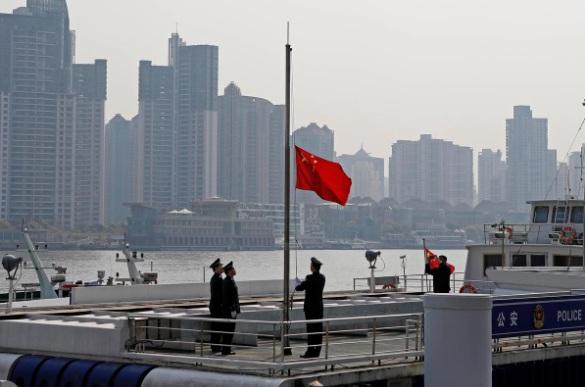 Các sĩ quan ở thành phố Thượng Hải thực hiện nghi thức kéo cờ một nửa để tưởng niệm các nạn nhân COVID-19.