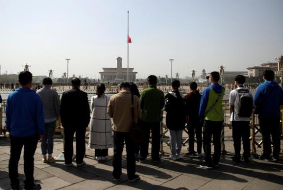 Người dân dành 3 phút mặc niệm tại quảng trường Thiên An Môn, Bắc Kinh.