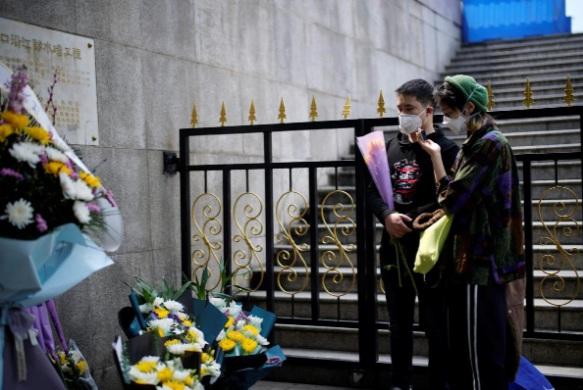 Người dân Vũ Hán đến đặt hoa tưởng niệm những người đã khuất vào ngày lễ Thanh Minh.