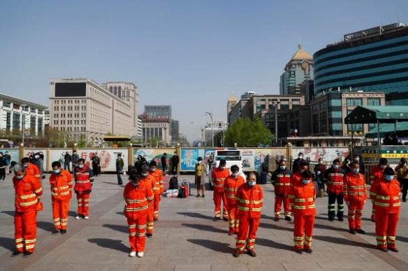 Những người công nhân vệ sinh tại Bắc Kinh tham gia lễ mặc niệm vào lúc 10 giờ sáng 4/4.
