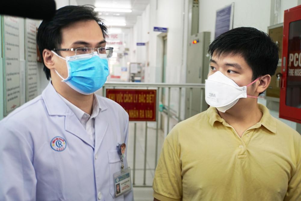 bác sĩ Nguyễn Ngọc Sang, khoa Bệnh Nhiệt đới, Bệnh viện Chợ Rẫy TPHCM, cùng bệnh nhân L.Z. (28 tuổi, người Vũ Hán, Trung Quốc)