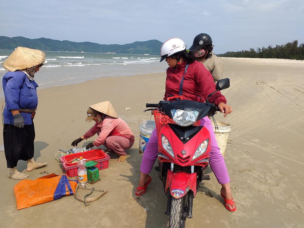 Thương lái mau cá ngay trên bãi biển là hoạt động bị cấm do dẫn tới tụ tập đông người ảnh hưởng phòng chống dịch bệnh COVID-19