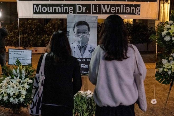 Người dân Trung Quốc đặt vòng hoa tưởng nhớ bác sĩ Lý Văn Lượng - Ảnh: New York Times