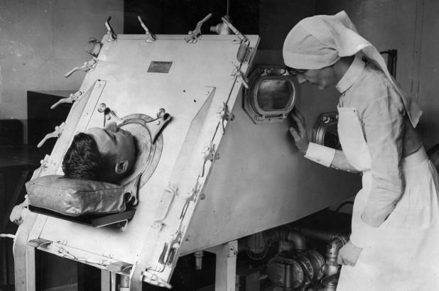 Y tá sử dụng iron lungs để giúp đỡ bệnh nhân.