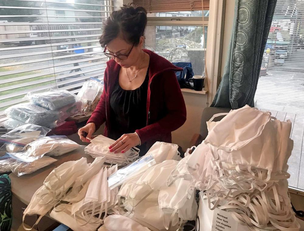 Một phụ nữ tham gia nhóm của chị Kati Nguyen xếp khẩu trang thành phẩm. Ảnh do chị Kati Nguyen chụp. Ảnh: The Seattle Times