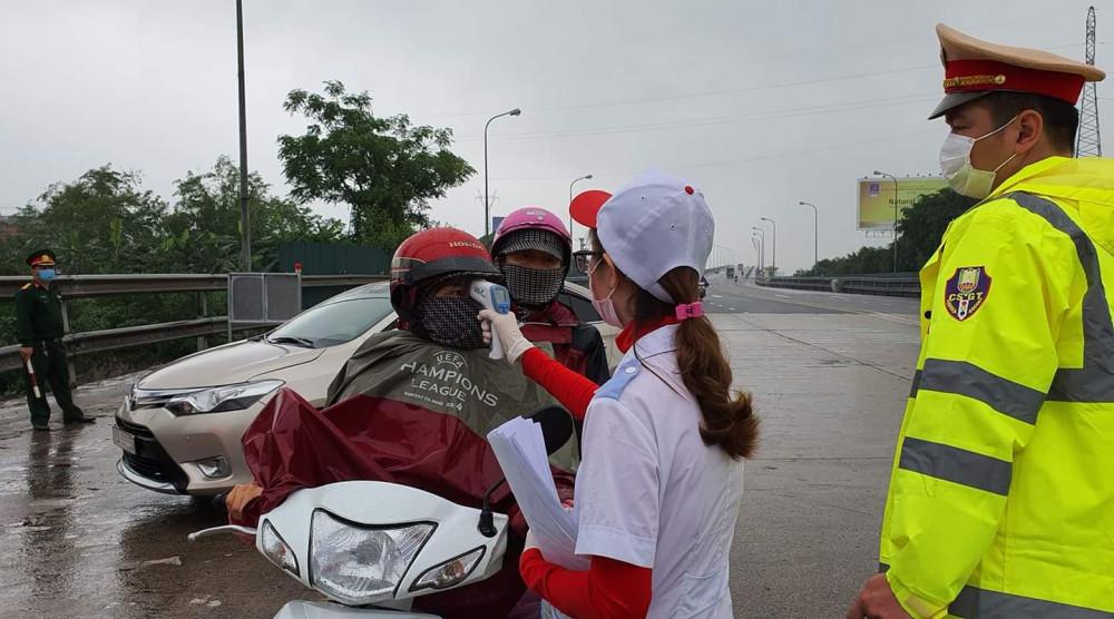 Kiểm tra y tế và đo thân nhiệt những người ra vào tỉnh Thái Bình