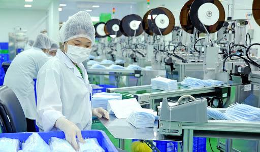 Công nhân đang sản xuất khẩu trang y tế - Ảnh: Xuân Lai