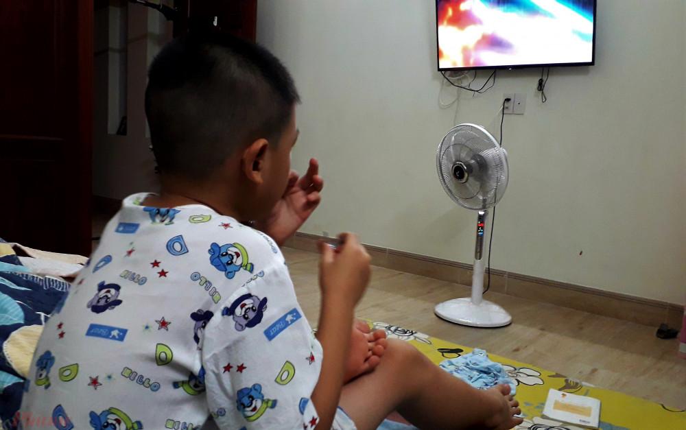 Nhiều gia đình ở Sài Gòn chỉ có một đứa con nên những ngày cách ly chống dịch càng dài đằng đẵng. Ảnh: H.N
