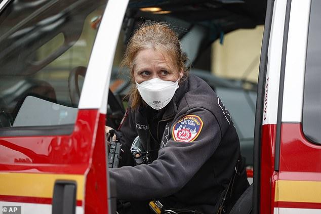 Vẻ mệt mỏi hiện rõ trên gương mặt của nhân viên cảnh sát tại New York.