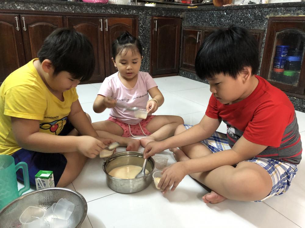 Rời điện thoại thông minh và ti vi, các con vào bếp
