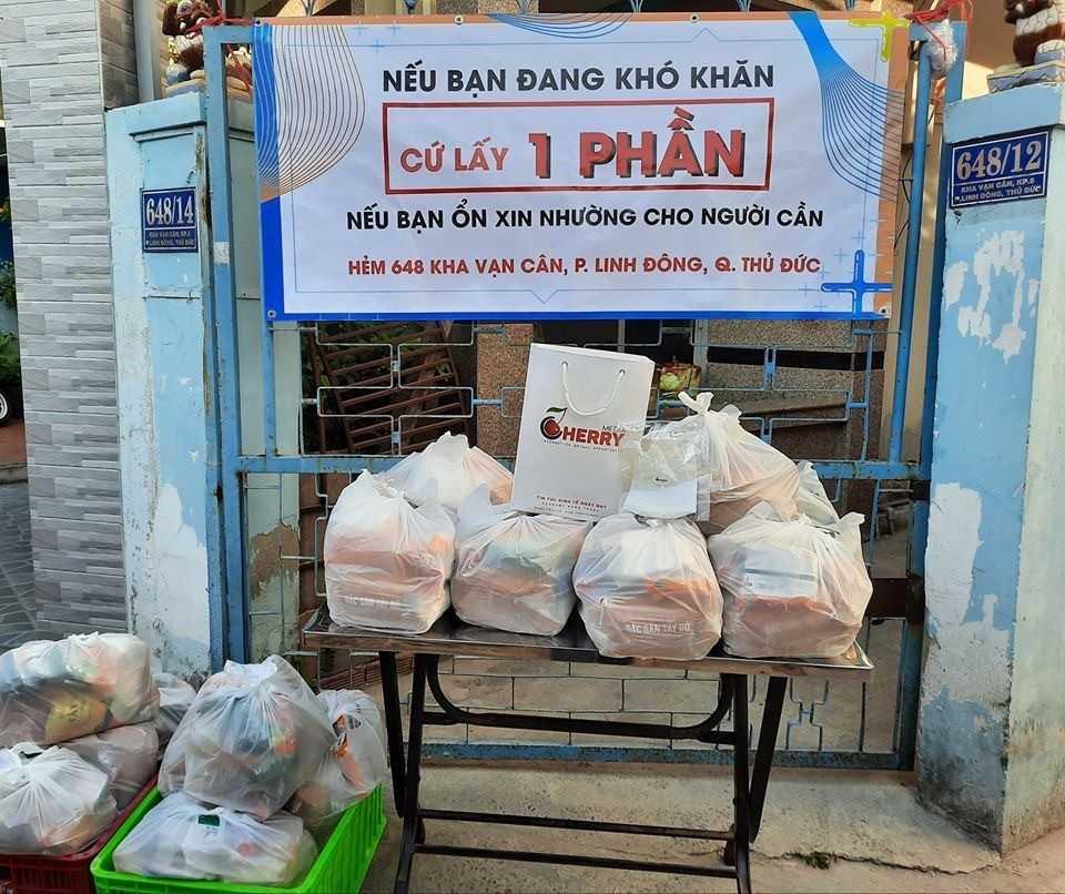Tại phường Linh Đông, có 2 điểm trao quà và cơm mỗi ngày cho bà con nghèo, ngoài ra còn một số điểm đặt  nhu yếu phẩm ngoài cửa để bà con tự tới lấy nếu cần.