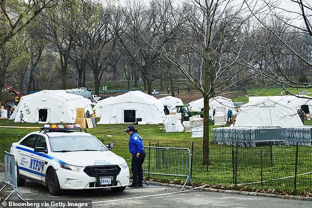 Nhân viên cảnh sát canh gác tại khu vực lều y tế dự phòng ở công viên thành phố New York.
