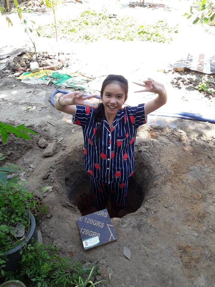 Được đứng dưới cái hố đất ba đào, con gái cũng đã vui
