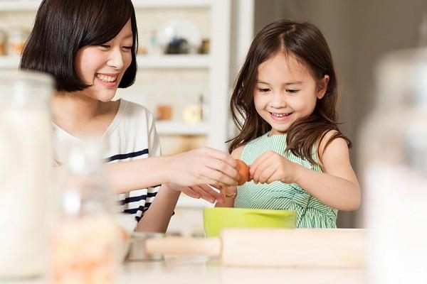 Nhiều bà mẹ cũng quan tâm đến việc tạo môi trường học tập, vui chơi cho con mùa dịch, nhiều người tìm đến các khoá học dạy nấu ăn, làm bánh online. Ảnh minh hoạ
