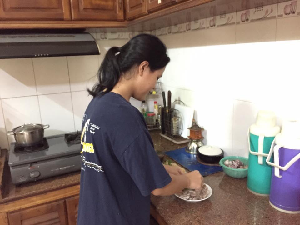 Con gái đảm đang vào bếp nấu ăn thay mẹ. Ảnh NVCC
