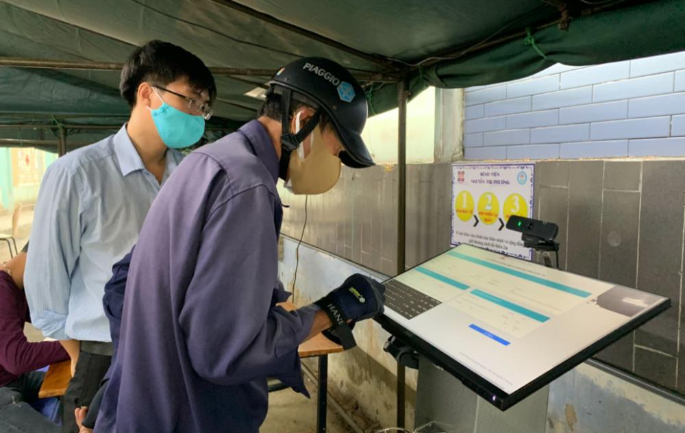 Mọi người khi đến BV Nguyễn Tri Phương đều phải khai báo y tế tại hệ thống ki-ốt đặt cạnh cổng ra vào của bệnh viện