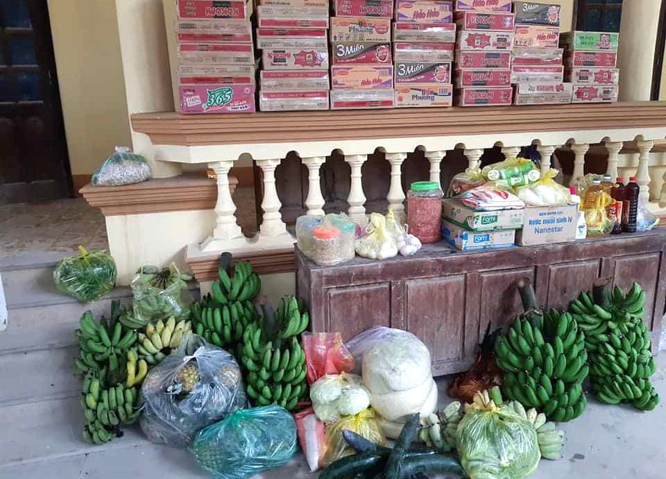 """Nhiều nông sản của """"nhà trồng, nuôi được"""" từ mớ rau xanh, buồng chuối, quả bí, trứng, gạo…ủng hộ"""