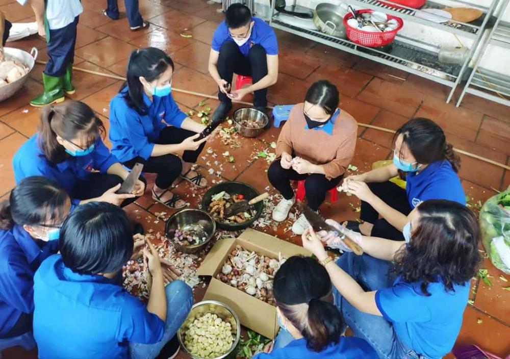 Nhiều bạn trẻ cũng tình nguyện chung sức nấu ăn trong các khu cách ly