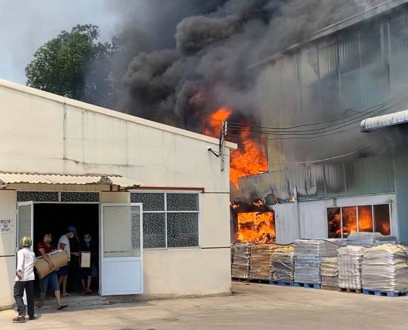 Một số người ôm đồ tại văn phòng công ty tháo chạy khỏi biển lửa