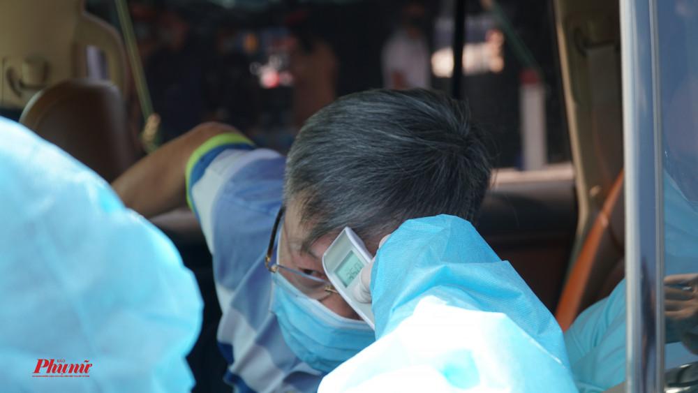 Tài xế xe khách và tất cả hành khách đi trên xe đều được kiểm tra y tế.