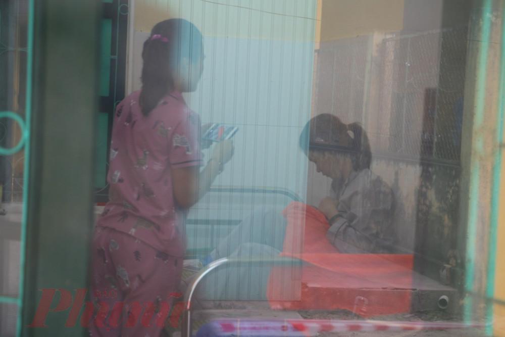 Căn phòng chị Nh, sau khi sinh nhìn từ phía cửa Khu  cách ly Trung tâm Y tế TP. Huế