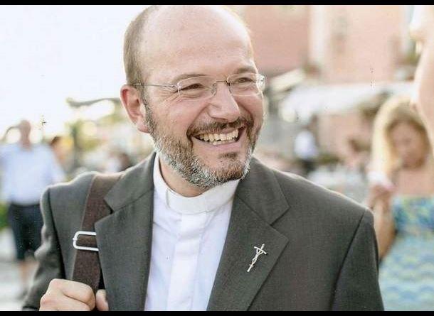 Trước tình hình dịch bệnh lan tràn ở Ý, linh mục Fabio Stevenazz đã chọn tạm cởi chiếc áo tu hành để khoác lên chiếc áo blouse, cùng tham gia chống dịch
