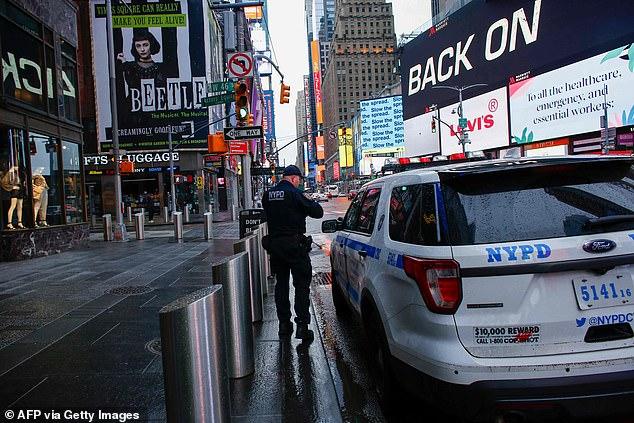 Một nhân viên cảnh sát làm việc tại khu Quảng trường Thời đại.