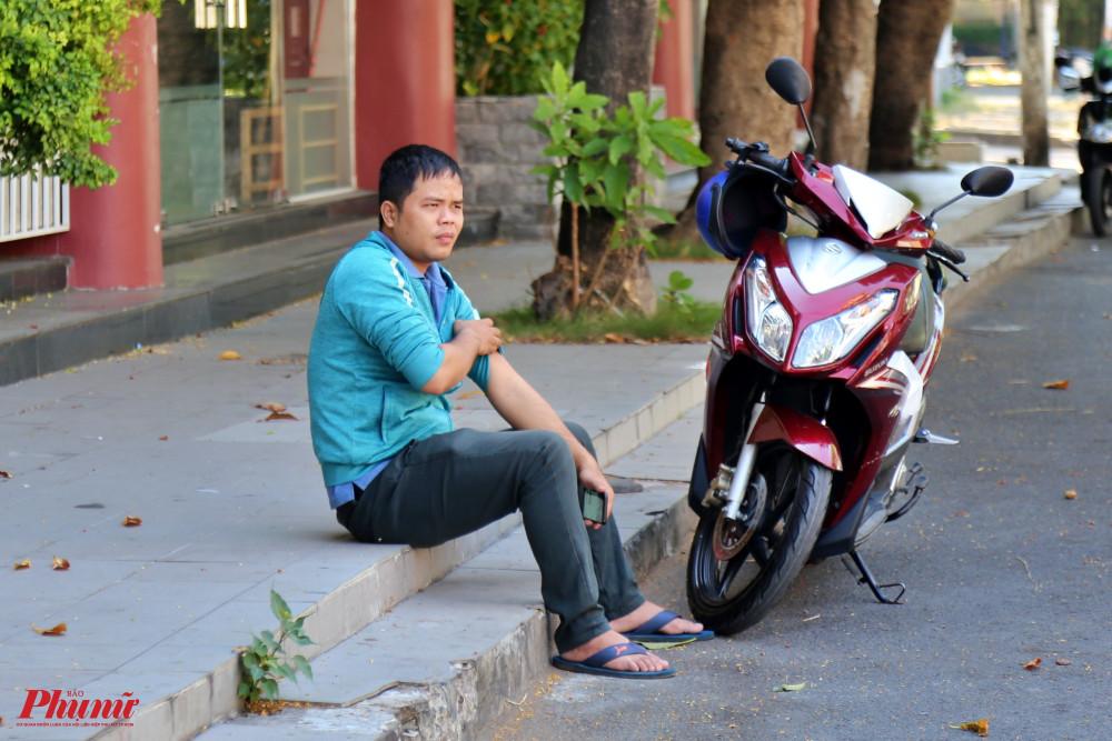 Một người dân ra đường không mang khẩu trang, bị lực lượng chức năng lập biên bản xử phạt