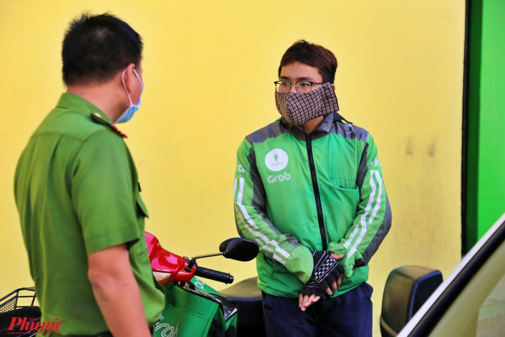 Cán bộ phường nhắc nhở một số tài xế công nghệ nên đeo khẩu trang phòng chống dịch bệnh