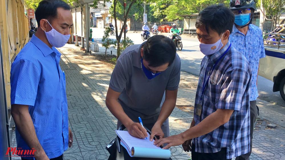 Một người đàn ông cự cãi vì bị xử phạt, sau khi được cán bộ phường giải thích thì đã đồng ý ký biên bản