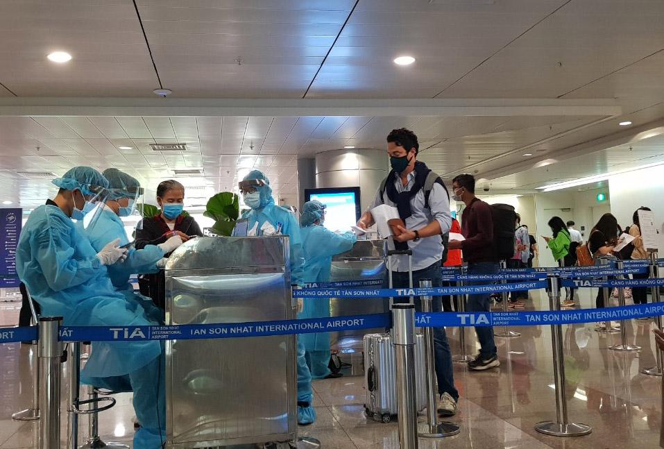 TP.HCM bắt đầu lấy mẫu xét nghiệm virus SARS-CoV-2  với các chuyến bay trong nước tại sân bay Tân Sơn Nhất từ ngày 4/4/2020.