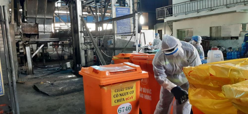 Mỗi thùng chứa rác đều được bao bọc kỹ càng