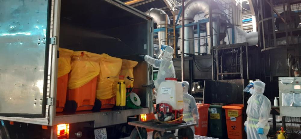 Trước khi mở xe rác, các công nhân phải tiến hành khử khuẩn toàn bộ đuôi xe, và cả lòng xe