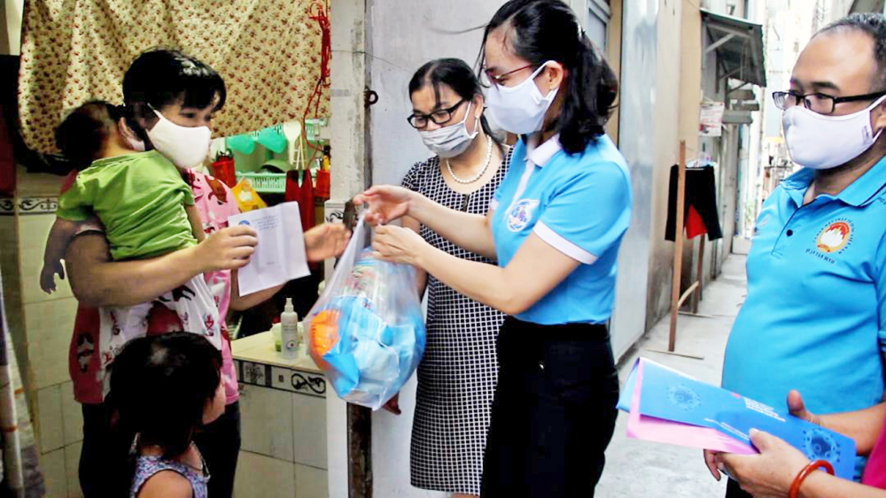 Nữ chủ nhà trọ cùng chính quyền, mặt trận P.15, Q.Tân Bình thăm gia đình chị Trần Thị Hiền