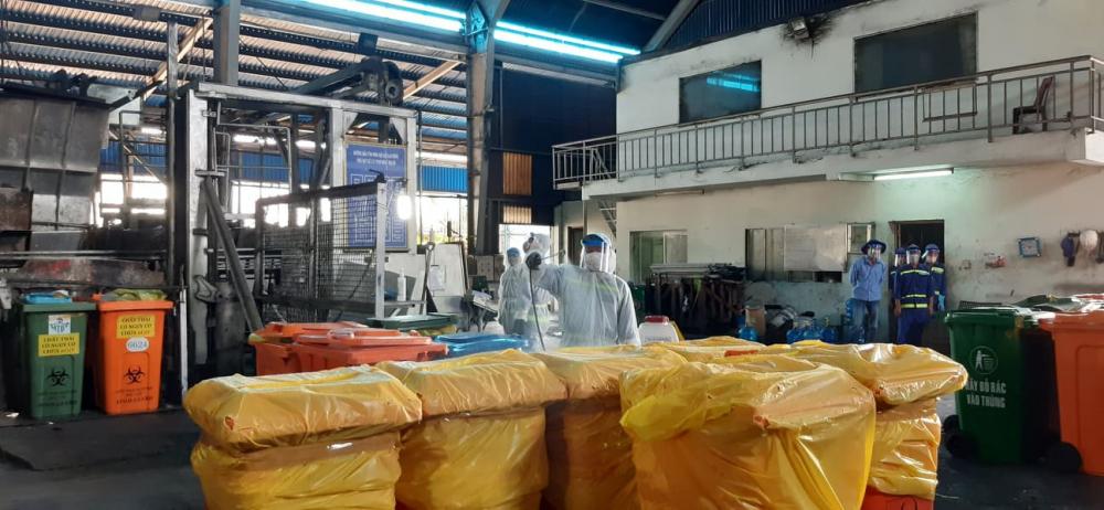 Trước khi mở thùng đưa vào lò, một lần nữa được công nhân khử trùng.