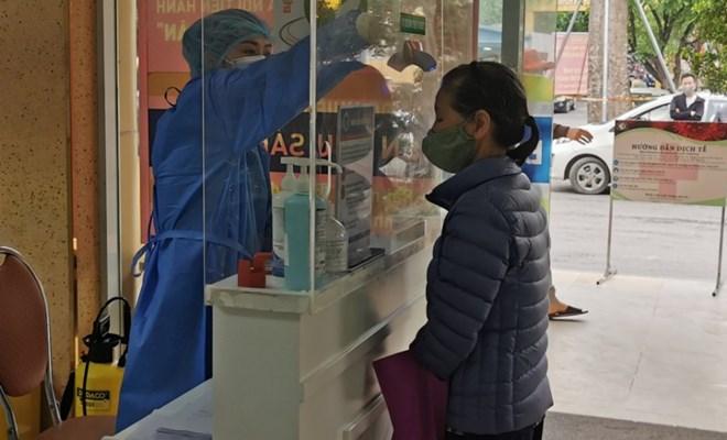 Nhân viên Bệnh viện Phụ sản Hà Nội kiểm tra thân nhiệt của người ra vào (ảnh: Bệnh viện Phụ sản Hà Nội)